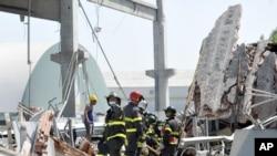 Rescatistas italianos buscan personas en las ruinas de una edificación colapsada por el movimiento telúrico.