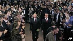 普京(左)與梅德韋傑夫(右)。
