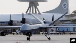 Máy bay không người lái Predator tại một căn cứ không quân của Mỹ.