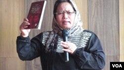 Penulis naskah, Samsidar menjadi panelis dalam acara peluncuran Komik Perempuan Pemimpin di Aceh, Senin 9/3 (foto: VOA/Budi Nahaba).