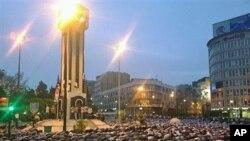 叙利亚人周一在霍姆斯城中心祈祷
