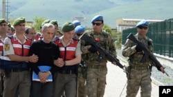 Polícia turca escolta suspeitos golpistas, incluindo o antigo comandante da Força Aérea, General Akin Ozturk.