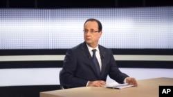 Tổng thống Pháp trong một cuộc phỏng vấn được truyền hình trực tiếp trên một kênh TV của Pháp, 28/3/2013. (AP Photo/ Fred Dufour-Pool)