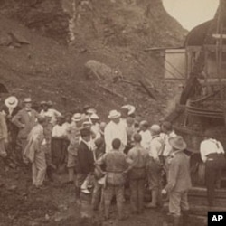 西奥多.罗斯福(中)1906年在巴拿马运河边与工人们讨论美国的任务