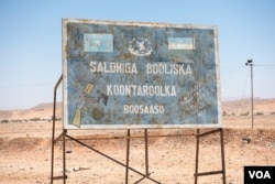 A sign marks a checkpoint and warns against illegal weapons in the desert leading to the city of Bossaso in the semi-autonomous state of Puntland in northern Somalia, March 25, 2018. (J. Patinkin/VOA)