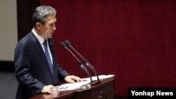 김관진 한국 국방부 장관이 20일 국회 본회의에서 민주당 의원의 대정부 질문에 답하고 있다.