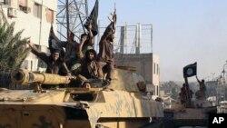 Militantes del grupo Estado islámico desfilan en Raqqa, Siria.