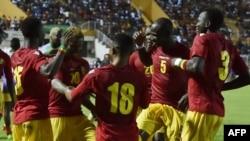 Les joueurs de l'équipe nationale de Guinée célèbrent un but lors du match de qualification de la Coupe d'Afrique des Nations 2019 contre la Côte d'Ivoire au stade de la Paix à Bouaké, le 10 juin 2017.