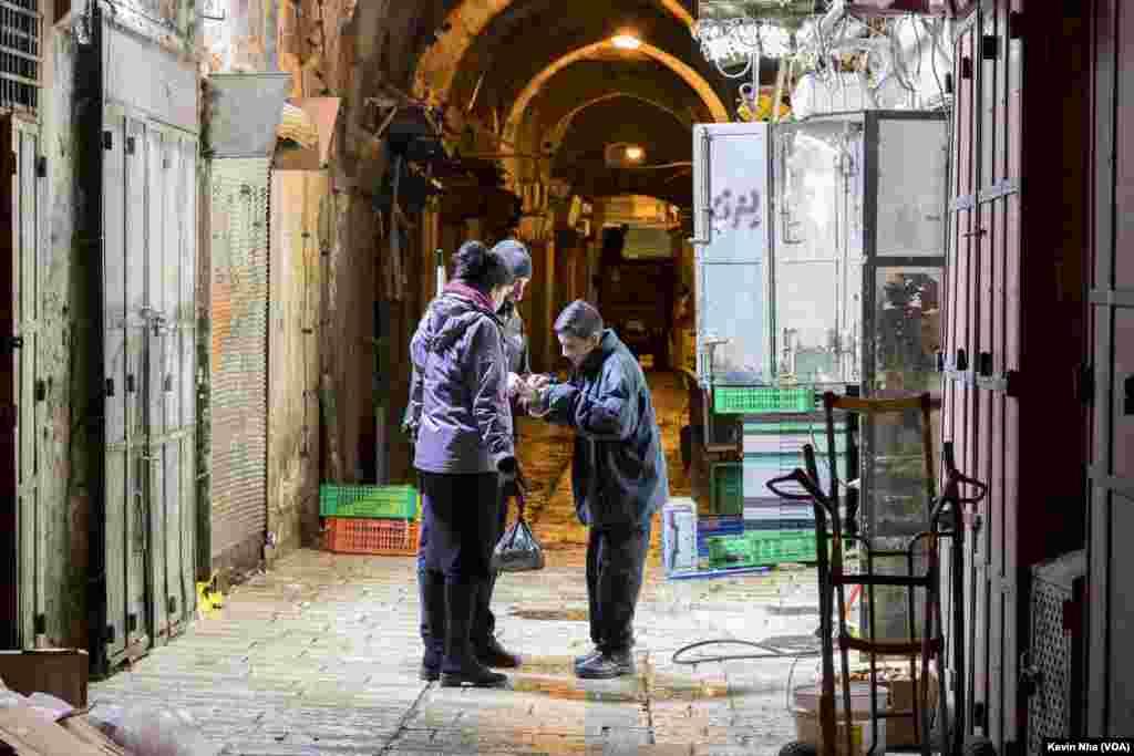 اورشلیم به روایت عکس- یک پسر بچه به یک گردشگر آدرسی در بخش قدیمی شهر اورشلیم می دهد.