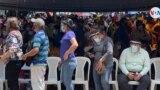 Cientos de personas en un puesto de vacunación contra COVID-19 en Managua, Nicaragua. [Foto Houston Castillo, VOA]