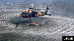 Helikopter američke vojske uzima vodu iz rezervoara u okviru akcije gašenja požara u Ajdahu