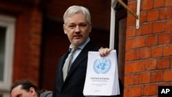 WikiLeaks-in təsisçisi Culian Assanj Ekvador səfirliyinin balkonunda tərəfdarları və mətbuata müraciət edir, London, İngiltərə. 5 fevral, 2016-cı il.