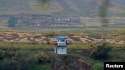 북-중 접경지역인 중국 린장 시에서 바라본 북한. 압록강 유역의 북한 군 초소가 보인다. (자료사진)