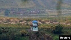 Tentara Korea Utara tengah berjaga di sebuah pos penjagaan di dekat Sungai Yalu, dekat kota Hyesan, provinsi Ryanggang, yang berseberangan dengan kota perbatasan Linjiang, China (Foto: dok).