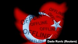 Hình minh họa chụp ở Zenica hôm 21/3/2014 cho thấy quốc kỳ Thổ Nhĩ Kỳ với các từ 'offline' trên logo của Twitter