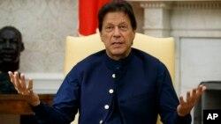 عمران خان کے بقول پاکستان اور بھارت ایک دوسرے کی آنکھوں میں آنکھیں ڈال کر کھڑے ہیں۔ (فائل فوٹو)
