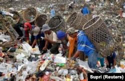 Pemulung mencari barang untuk didaur ulang di tempat pembuangan sampah di Desa Galuga, Bogor, Jawa Barat, 3 Juni 2013. Presiden Joko Widodo meminta kemiskinan dientaskan pada 2024. (Foto: REUTERS/Supri)