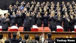 지난달 10월 북한 노동당 창건 67주년 기념 행사에 침삭힌 김정은 국방위원회 제1위원장(가운데줄 왼쪽 두번째). (자료사진)
