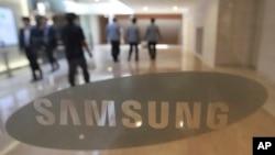 지난달 12일 한국 서울의 삼성전자 매장에 회사 로고가 걸려있다.