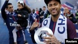 L'attaquant brésilien Neymar tient son trophée après avoir remporté le titre de champion de France L1 à la fin du match de football L1 français PSG vs Rennes, le 12 mai 2018.
