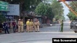 Cảnh sát chặn lối vào xã Đồng Tâm. Photo Dan Tri/VTV