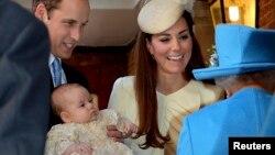 El príncipe William carga a su hijo, el príncipe George, al llegar a la Capilla de St. James. Aparecen su madre, la duquesa de Cambridge, y la Reina Isabel (de espaldas).