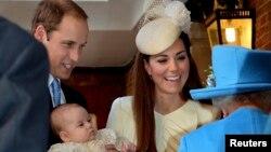 Hoàng tử George đến giáo đường trong tay Hoàng tử William và Công nương Kate.