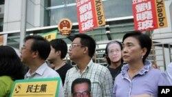 (前排左起)张文光、涂谨申、刘慧卿等议员中联办前抗议