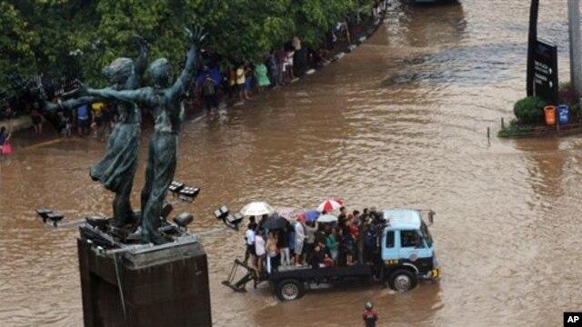 Pemerintah menetapkan kondisi darurat untuk wilayah DKI Jakarta akibat bencana banjir yang melanda sejak Senin (14/1).