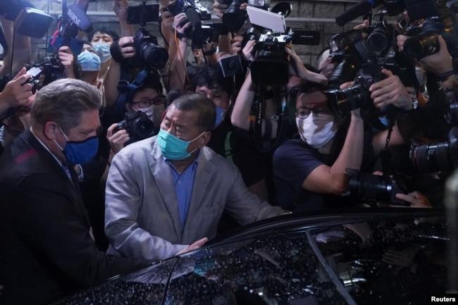 香港苹果日报创始人黎智英周三获保释离开警局。(2020年8月12日)