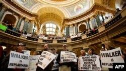 Акция протеста служащих штата и членов профсоюза в здании законодательного собрания штата Висконсин. Город Мэдисон. 15 февраля 2011 года