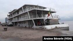 Le bateau Ville de Brazzaville transporte 260 tonnes d'aide vers les inondées, le 24 décembre 2019. (VOA/Arsène Séverin)