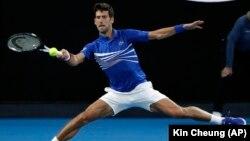 Novak Đoković u duelu sa Amerikancem Mičelom Krugerom u prvom kolu Otvorenog prvenstva Australije (Foto: AP/Kin Cheung)