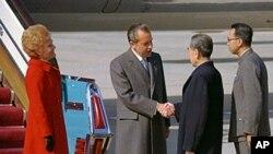 尼克松與周恩來握手