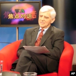 著名经济学家,前美国财政部东亚国家办公室副主任盖保德(Albert Keidel)接受VOA卫视电视采访。(资料照片)