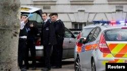 Petugas polisi berada di lokasi penikaman di Pengadilan London, 1 Februari 2013. (Foto: Reuters)