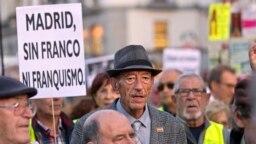 Manifestantes marcha en Madrid, España, el 25 de octubre de 2018, para exhortar al gobierno y la Iglesia Católica a que los restos del Francisco Franco no sean sepultados en la catedral de la ciudad.