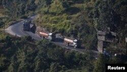 Xe chở dầu Nepal trên đường tới biên giới Trung Quốc, ngày 2/11/2015.