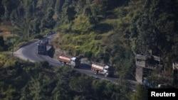 加德满都郊外山路上驶往中国-尼泊尔边界吉隆关口的油罐车。(资料照片)