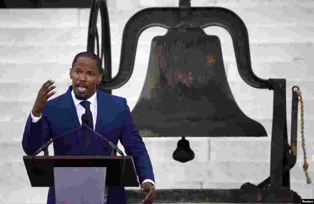 "El actor Jamie Foxx se dirige a los asistentes a la ceremonia del 50 aniversario del popular discurso de Martin Luther King Jr., ""I have a dream"" en el monumento a Lincoln, en Washington."
