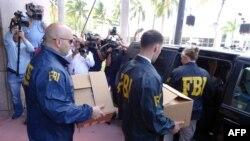 Agenti FBI-a iznose kutije sa dokumentacijom iz sedišta KONKAKAF-a u Majami Biču, posle racije 27. maja 2015