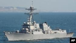 """美國海軍導彈驅逐艦""""勞倫斯""""號在太平洋上行駛(2015年5月4日)"""