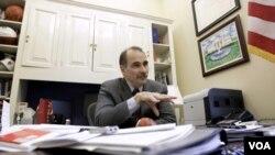 Según Axelrod, el viento político sopla en contra porque la economía no se recupera.