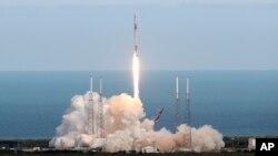 Tên lửa SpaceX Falcon 9 phóng hôm 2/4 mang theo thiết bị dọn rác vũ trụ của châu Âu.