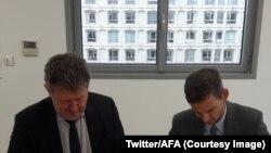 Olivier Leurent, directeur de l'Ecole nationale de magistrature et le directeur de l'Agence française anticorruption, Charles Duchaine, signent un protocole d'accord, Paris, 13 décembre 2017. (Twitter/AFA).