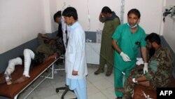 Petugas medis merawat tentara Afghanistan yang terluka pasca serangan bunuh diri di sebuah masjid di distrik Mandozai, provinsi Khost hari Jumat (23/11).