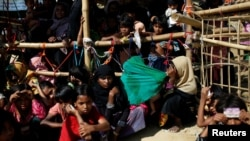 Anak-anak Rohingya menunggu pembagian makanan di kamp Balukhali, Cox's Bazar, Bangladesh (15/12). Pengungsi Rohingya mencemaskan kondisi tempat penampungan mereka yang kumuh dan lampu penerangan yang buruk pada malam hari.