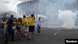 Nuvem de gás lacrimogéneo (Estádio Mane Garrincha em Brasília, Junho 15, 2013).