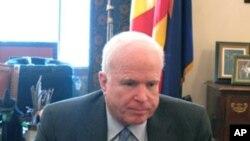 VOA 기자의 인터뷰에 응하고 있는 존 맥케인 상원의원