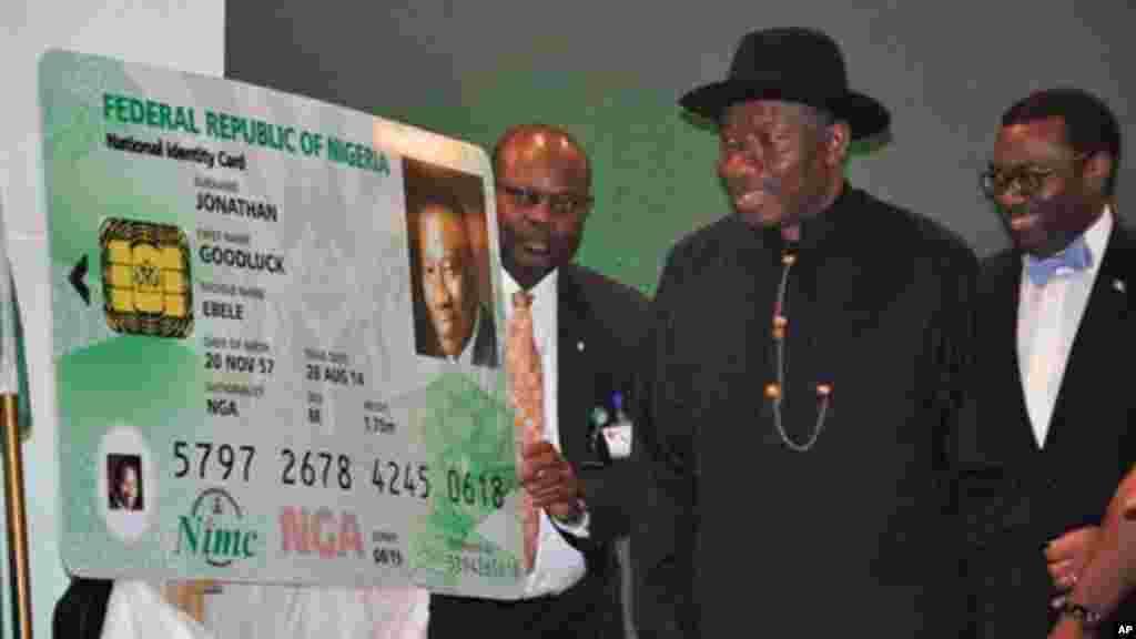 Shugaban Najeriya, Goodluck Jonathan, da katin sa na shaida dan kasa, 28 ga Agusta 2014.
